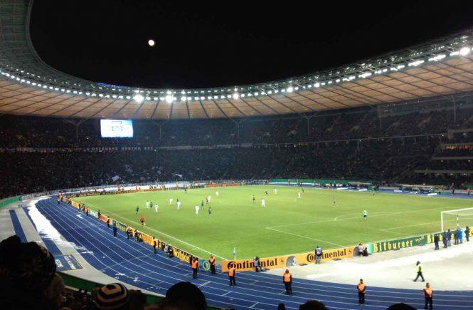 Blick auf das Spielfeld im Berliner Olympiastaion Spiel Hertha BSC
