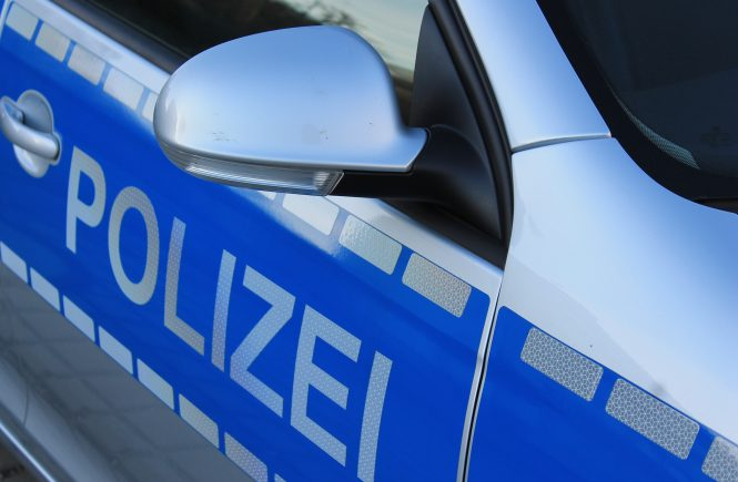 Schriftzug Polizei auf Polizeifahrzeug