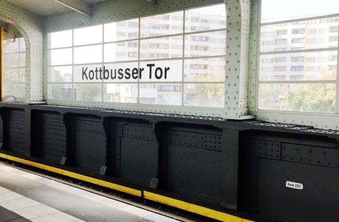U-Bahnhof Kottbusser Tor Blick durch die Bahnhofsfenster auf Hochhaus