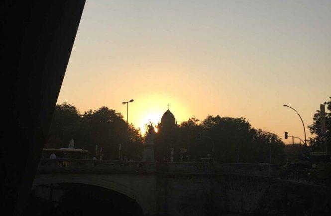 Heilig Kreuz Kirche Berlin vor Sonnenaufgangg