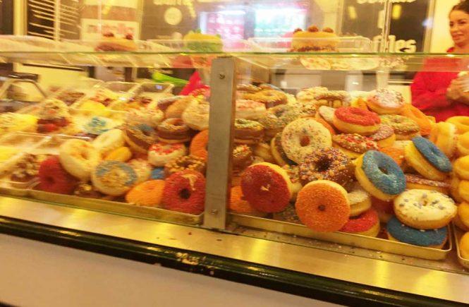 Donuts in Verkaufsauslage