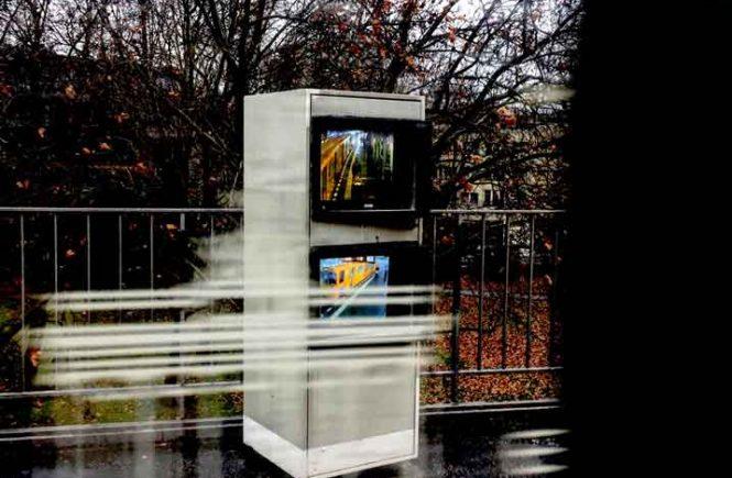 U-Bahn rauscht an Überwachungsmonitoren vorbei