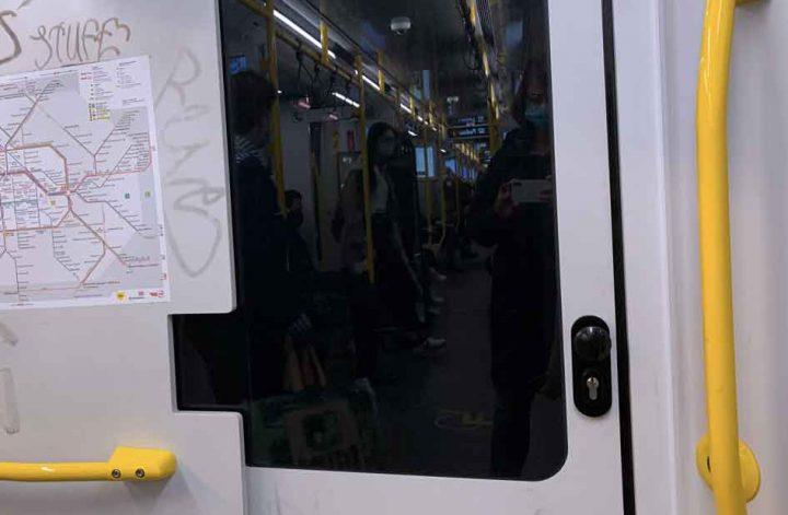 Blick in den U-Bahn Waggon Spiegelung in der Scheibe