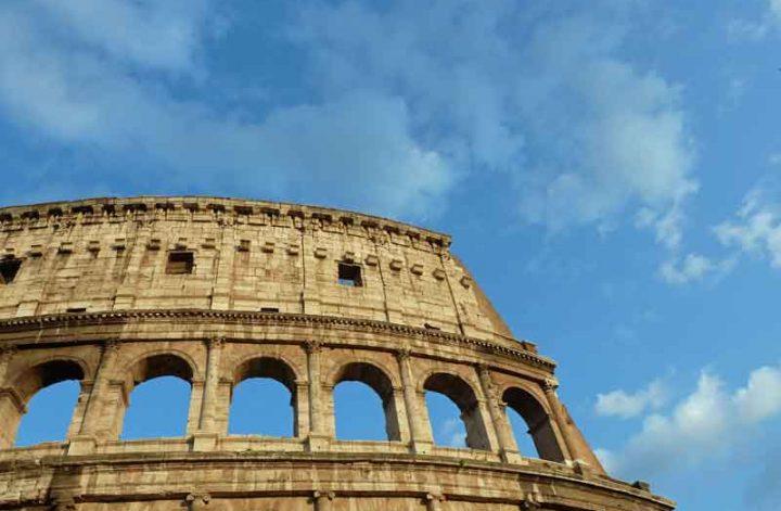Kolosseum in Rom und blauer Himmel