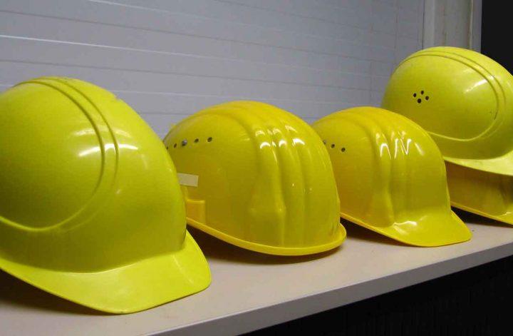 mehrere gelbe Bauhelme liegen bereit