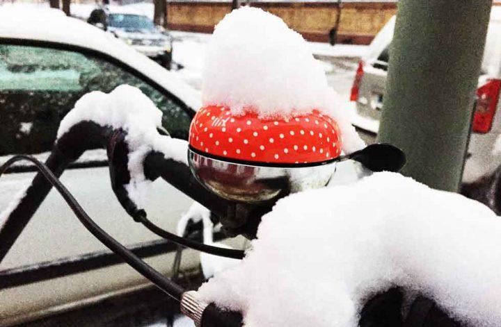 Schnee auf Fahrradklingel
