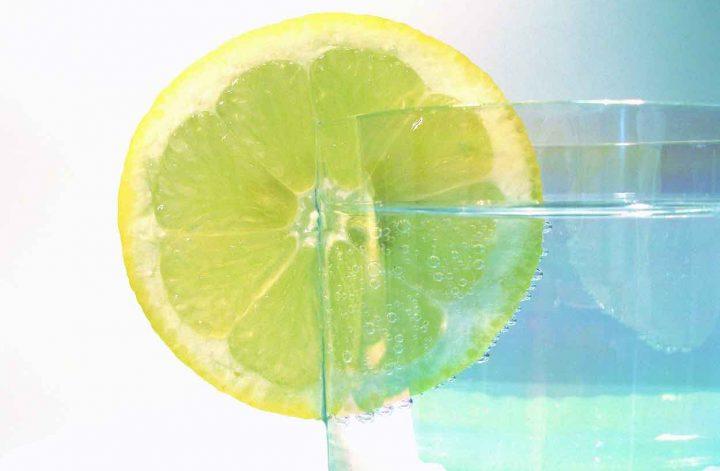 Zitronenscheibe am Rand eines Wasserglases
